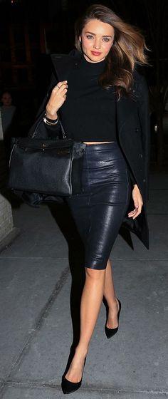 Миранда Керр в кожаной юбке карандаш, черном топе и туфлях на каблуке