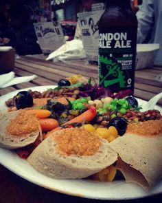 Comida etíope vegana  Meantime London Pale Ale  mesa dividida com a galera mandando ver um fish 'n' chips: that's London Town! #london #england #eurotrip2016