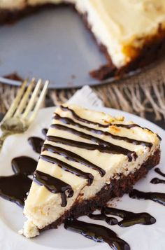 Brownie Bottom Cheesecake - So easy to make that you'll feel like you are cheating! Enjoy the rich chocolate brownie bottom layer topped with a creamy and sweet cheesecake filling. Use a brownie mix to save on time! Frozen Cheesecake, Peanut Butter Cheesecake, Chocolate Cheesecake, Pumpkin Cheesecake, Cheesecake Recipes, Brownie Cheesecake, Köstliche Desserts, Delicious Desserts, Dessert Recipes