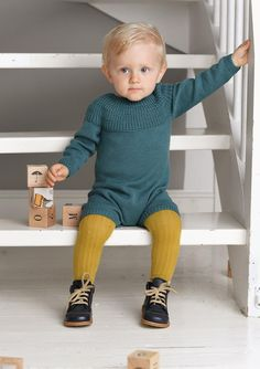 August Body  Hefte 1719, design Nr. 9f - Body med patentmønster og rundfelling Knitted Baby Outfits, Knitted Baby Clothes, Knitted Romper, Easy Knitting, Knitting For Kids, Toddler Fashion, Kids Fashion, Baby Barn, Hipster Babies