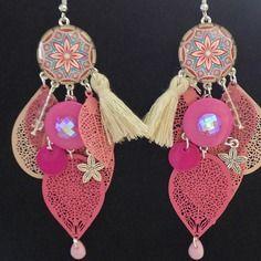 Boucle d'oreille à crochets estampe feuille rose et beige, pompon