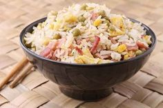 Fried rice with ham and eggs is filling. Eat it for lunch or dinner or supper. There are many variations on fried rice—the length of the grains of rice Arroz Frito, Mug Recipes, Cooking Recipes, Free Recipes, Arroz Biro Biro, Vegan Coffee Cakes, Dorm Food, Making Fried Rice, Brittle Recipes