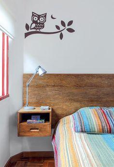 À esquerda do corredor, o quarto do casal (abaixo) traz um painel feito pela Agroarte com tábuas de madeira de demolição. Adesivo de parede comprado na Grudado.