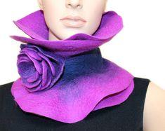 Bufanda de fieltro hecho a mano púrpura collar Broche arte vestible bufanda cuello calentador broche fieltro y azul y púrpura púrpura flor listo para enviar