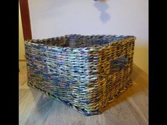 Tutorial Cestino Rettangolare con fondo in cartone ricoperto di tessuto. - YouTube Diy And Crafts, Paper Crafts, Diys, Old Newspaper, Sewing Hacks, Origami, Recycling, Projects To Try, Weaving