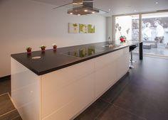 Kookeiland met natuursteen werkblad. Maatwerk uit het eigen atelier. Made by Denzo