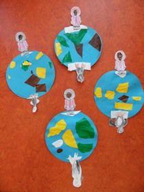* De aardbol met de Noord- Zuidpool met eskimo en pinquin