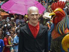 GALO DA MADRUGADA (2014) homenageando , ao dramaturgo e romancista ARIANO SUASSUNA, no seu desfile pelas ruas centrais do Recife.