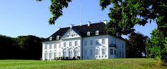 Marselisborg Slot. Foto: Ulrich Borch. Marselisborg Slot er det danske regentpars sommerresidens beliggende ved Mindeparken på Kongevejen i Aarhus.