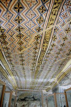 """Tumba de Sennefer, lo mas excepcional de esta tumba son sus techos: Representaciones de una parra y de las telas que los antiguos egipcios colgaban para protegerse del sol. El techo, al no ser plano, da la impresión de que las """"telas"""" estan moviendose siguiendo los mandatos de un viento imaginario."""