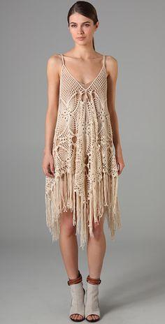 Vestido bege de crochet, desestruturado e fashion.