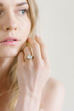 green gold ring with moonstone Green And Gold, Red Gold, Irene, Bridal Jewelry, Gold Rings, Take That, Age, Pure Products, Boho