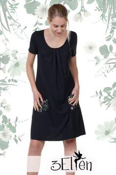 Knielanges Kleid mit Taschen  Dieses Kleid wird dir den Kopf verdrehen! Mit dem Lotti Kleid aus der 3Elfen Classics Kollektion erwirbst du ein wahres modisches Schmankerl und die Lizenz zum Wohlfühlen gleich mit dazu! Denn an Bequemlichkeit ist dieser Traum aus Jersey kaum zu übertreffen.  Die gefällige A-Form umspielt ganz zauberhaft deine Figur und lässt dich einfach toll aussehen.  Das Kleid wird bei Bestellung in unserem Atelier in Berlin gefertigt. Short Sleeve Dresses, Dresses With Sleeves, Shirt Dress, T Shirt, Berlin, Fashion, Atelier, Small Bags, Black Flowers