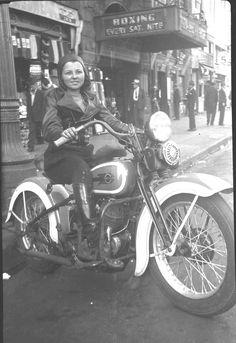 Vintage biker girl on her Harley Female Motorcycle Riders, Motorbike Girl, Motorcycle Art, Motorbike Photos, Motorcycle Garage, Harley Davison, Easy Rider, Low Rider, Harley Bikes