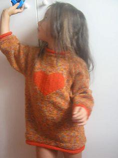 Maxi pull dalla vestibilita' comoda,lavorato interamente a maglia rasata con un filato melange che ricorda i colori caldi dell'autunno ,e' caratterizzato da un grande cuore ricamato a punto maglia ,con un filato tinta unita, posizionato sul davanti.