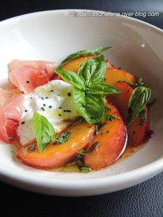 Salad peaches, we don't think about it enough, yet when they are caramelized and tender, they go wonderfully well with salt. 2 people / person 4 yellow peaches burrata butter powdered sugar 4 slices of … Healthy Cooking, Healthy Eating, Healthy Recipes, Tapas, Caprese Salat, Caesar Salat, Grilled Fruit, Grilled Fish, Grilling Recipes