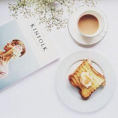 トーストしたパンに載せるのはバター、ジャム。時には蜂蜜をトッピングしても良いかもしれません。  お好みで色々なアレンジを楽しんで下さい。明日が来るのがちょっと楽しみになってきますね。