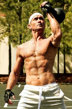 Be sure to pick up Men's Health and learn Tim McGraw's steps to getting fit. At 45 it seems to be working! Pop Workouts, Chest Workouts, Hot Country Men, Country Boys, Tim Mcgraw Shirtless, Male Country Singers, Country Artists, Tim And Faith, Tim Mcgraw Faith Hill
