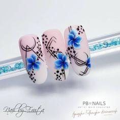 Nail designs here! Daisy Nail Art, Daisy Nails, Flower Nail Art, New Nail Art, Blue Nails, Bright Nail Art, Water Color Nails, One Stroke Nails, Nail Stencils