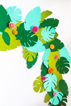 DIY Tropical Garland - Studio DIY DIY Tropical Garland teen birthday party on the theme of beach, tr Diy Paper, Paper Crafts, Tree Crafts, Paper Art, Fleurs Diy, Hawaiian Theme, Hawaiian Birthday, Flamingo Party, Luau Party