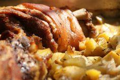 Singersgastro: Csülök pékné módra, egy éjszakán keresztül sütve Hozzávalók 5-6 személyre: 2 csontos csülök 5 gerezd fokhagyma 1 ek szemes bors 1 ek egész kömény 1 ek só 1 kk erős pista vagy ízlés szerinti mennyiségű csili 1,5 kg krumpli 1 kg vöröshagyma 5 ek napraforgóolaj Mashed Potatoes, Bors, Bacon, Menu, Breakfast, Ethnic Recipes, Whipped Potatoes, Menu Board Design, Morning Coffee