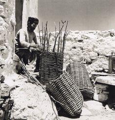 Basket maker in East Crete - Ανατολική Κρήτη - 1927 Greece Photography, Still Photography, Crete Greece, Athens Greece, Old Photos, Vintage Photos, Foto Vintage, Crete Island, Greek Art