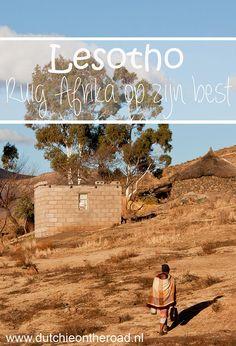 Lesotho wordt geheel omringd door Zuid-Afrika en staat bekend om de hoogte en de ongerepte natuur.Wat een bijzonder land en wat een vriendelijke mensen. Ik vertel jullie waarom Lesotho zo bijzonder is. The Road, Land, South Africa, Om, World, Movies, Poster, Travel, Inspiration