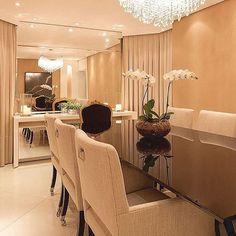 Sala de jantar clássica em tons neutros, sofisticada e elegante .. #inspira #ideias #inspire #instahome #inspidecor #instalike #instagood #instafollow #instalike #casa #home #house #dream #archilovers #architecture #arquitetura #arquitecture #decor #decoracao #interiores #decors #estilodevida