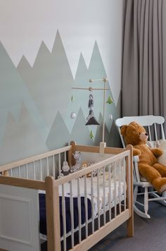 Baby boy mountain theme vintage crib wood mountain nursery babyboy babyboysroom mobile diy bergthema babykamer hout