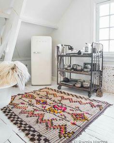 A Moroccan beauty ♡ vintage Ourika rug about 40 years old.  #moroccan #moroccanrugs #gypsy #etnic #vintagestyle #ibizastyle #bohemianstyle #jungalowstyle #vintagechic #marrakeshstyle #bohochic #boho #interiordesign #whiteinterior #ourika #morocco #paulinaarcklin #interiorstyling