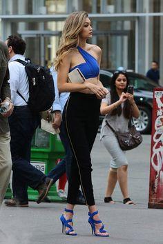 Gigi Hadid shooting for Maybelline in NYC, May Looks Gigi Hadid, Bella Gigi Hadid, Gigi Hadid Style, Look Fashion, Fashion Models, Fashion Show, Girl Fashion, Fashion Outfits, Img Models