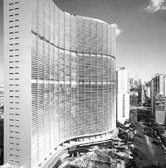 "Descrito como tendo ""linhas sinuosas e elegantes"", foi projetado por Oscar Niemeyer, e localiza-se num dos pontos mais movimentados do centro da capital paulista. É bastante conhecido por sua geometria sinuosa, que lembra uma onda."