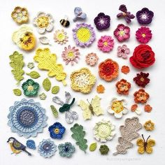 How to make giant 3 dimensional paper flowers using colored cardstock. A rainbow of paper flowers used as a window treatment. Whimsical, colorful DIY home decor. Crochet Books, Love Crochet, Crochet Motif, Crochet Flowers, How To Make Paper Flowers, Paper Flowers Diy, Crochet Carpet, Flower Bag, Arts And Crafts