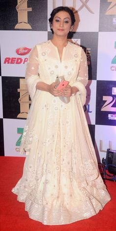 While Ranveer Singh was seen spending some time with Parineeti Chopra, Arjun Kapoor was wearing red heels at the red carpet. Zee Cine Awards 2016 was a star-studded night. Indian Gowns, Indian Wear, Divya Dutta, Parineeti Chopra, Beautiful Bollywood Actress, Red Heels, Latest Pics, Bollywood Fashion, Alaska
