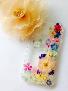 カラフルなお花を良質なレジンにてコーティングしたウルウルで夏にはぴったりの爽やかな押し花ケースです。お花をチョウにみたてているので、とても可愛らしいです(*☻... ハンドメイド、手作り、手仕事品の通販・販売・購入ならCreema。