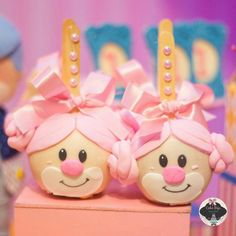 Maça rostao, uma das mais fofas variações de maças do circo rosa ♡ . . . . . . . #clown #clownparty #palhaços #festacirco #girl #baby #kids #festademenina #festejarcomamor #encontrandoideias #loucasporfesta #bolosdecorados #bolofofo #kidsparty #festa #myboy #maecoruja #instacake #instagram #riodejaneiro #cake #amazingcake #circodemenina #segue #sweet #browniedepote #circorosa #chocolate #circovintageluxo Circus 1st Birthdays, Circus Birthday, 1st Birthday Parties, First Birthdays, Sofia Party, Baby Party, Baby Shower Parties, Carnival Cakes, Carnival Themes