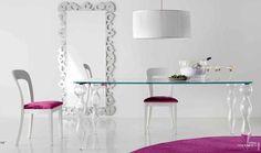 Mesa rectangular con tablero rectangular en cristal y cuatro pies en los laterales, también en cristal.