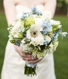 Bouquet de mariée bleu avec pied d'alouette, gypsophile, baies vertes, hortensia, anémone et rose | Organiser un mariage