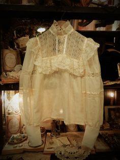 2013.7.21 本日はkaori&saoriがおすすめ致します、Vintage lace装飾がポイントのロマンティックで上品なアイテムのご紹介です。是非ご覧下さいませ♪