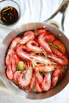 White boiled shrimp - a classic Cantonese recipe where live shrimps are boiled and served with a soy dipping sauce. A very popular Chinese restaurant dish | rasamalaysia.com
