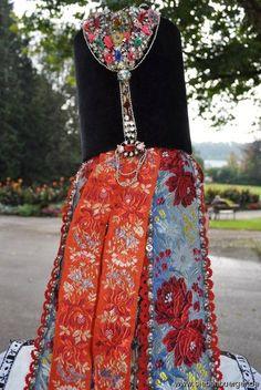 Borten aus Waltersdorf im Nösnerland Eastern Europe, Traditional Dresses, Countryside, Folk, German, Costumes, Skirts, Fashion, Folk Costume
