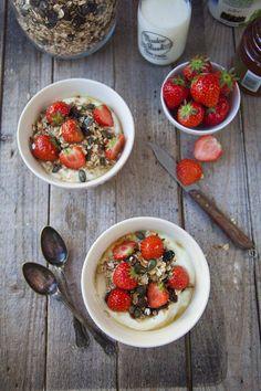 Muesli biologico croccante ai frutti rossi, con fiocchi di cereali, mirtillo, fragola e lampone.