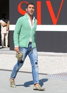 If you're searching for a bold casual and at the same time sharp look, try pairing a mint cardigan with blue ripped skinny jeans. Mens Style Guide, Men Style Tips, Cool Outfits, Casual Outfits, Fashion Outfits, Fashion Moda, Mens Fashion, Street Fashion, Fashion Guide