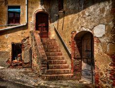 Paesi abbandonati e borghi fantasma: antichi tesori della Toscana.