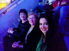 Con mamá y la abuela, después de exponer, mirando el Show