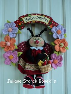 Guirlanda Joaninha enfeite de porta! Clay Flower Pots, Lulu Love, Stuffed Toys Patterns, Softies, Doll Toys, 4th Of July Wreath, Pet Birds, Ladybug, Art Dolls
