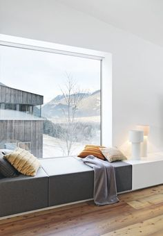 Window seat combined with display/shelf area. Using the full width for two purposes Interior Windows, Room Interior, Interior Design Living Room, Interior Decorating, Interior Livingroom, Modern Interior Design, Interior Architecture, Design Interiors, Espace Design
