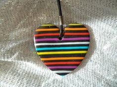 Turorial : How to make a stripe pendant polymer clay / Tutoriel : Réaliser un à rayure en pâte polymère Deux bandes de pain des couleurs au choix. Moi j'ai choisi un motif arc-en-ciel : Blanc / Jaune / Orange / Rouge / Rose / Bleu / Vert / Et beaucoup...
