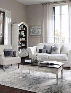 Weiße Möbel strahlen Eleganz und Exklusivität aus. In Kombination mit dem Louis XVI Stil entsteht ein zeitloses Interieur (Foto: Maisons du Monde, Kollektion 2015)