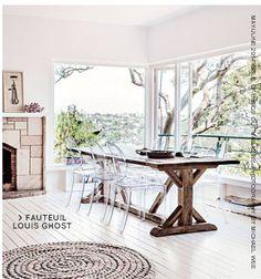 Très belle association des fauteuils Louis Ghost (P.Starck chez Kartell) avec une table rustique en bois
